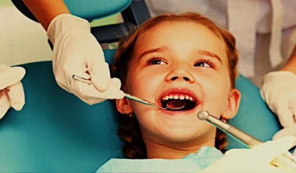 Foto 1 del artículo del Doctor Fernando de la Iglesia sobre ¿A qué edad debo llevar por primera vez a mi hijo al dentista? ¿A qué edad debo colocar los aparatos de ortodoncia a mi hijo?