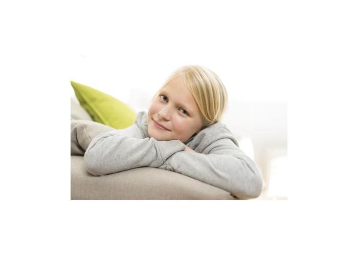 NIÑA DE 10 años en el sofá sonriendo
