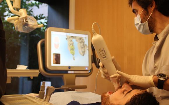 El ortodoncista es un dentista especializado en el tratamiento de afecciones bucales causadas por anomalías de desarrollo o mala posición de los dientes