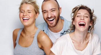Imagen de pacientes adultos que buscan mejorar su estética dental para introducir el artículo ortodoncia y periodoncia