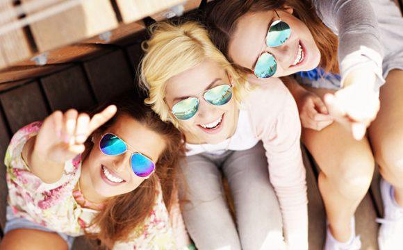 """Imagen chicas sonrientes para introducir post """"Dientes apiñados, cómo la ortodoncia puede ayudarte"""""""